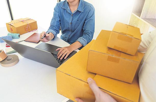 Nach dem Eingang des Auftrages wird die Ware abholbereit gemacht Bild: Pichsakul/stock.adobe.com