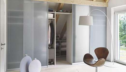 Raumteiler und Einbauschränke können Stauraum schaffen und sorgen für ein gemütliches Raumklima. FOTO: RAUMPLUS