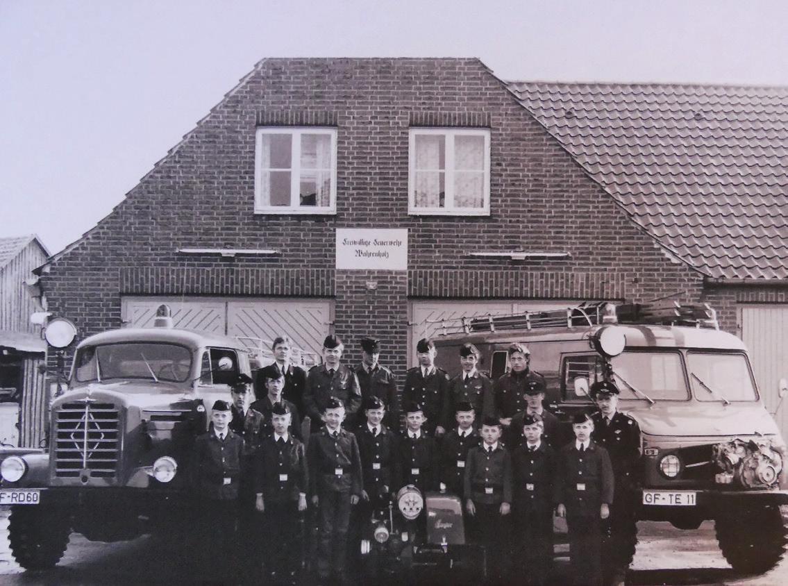 Die Wahrenholzer Jugendfeuerwehr 1969: Karl-Heinz Scheel ist der Dritte von links in der unteren Reihe. Foto: privat
