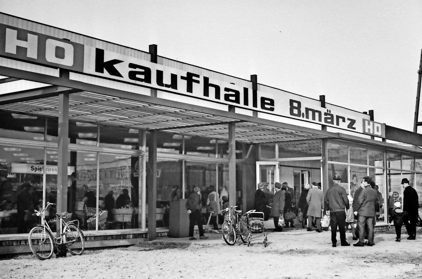 """Knieper West I: Eröffnung der Kaufhalle """"8. März"""" am 8. März 1969. Foto: Harry Hardenberg"""