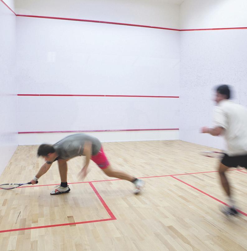 Squash gilt als tolle Möglichkeit für Indoor-Sport mit großem Spaßfaktor. Foto: lightpoet/stock.adobe.com