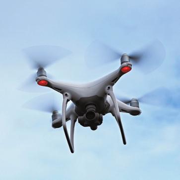 Abgehoben: Drohnen können die Arbeit von Dachdeckern und Schornsteinfegern erleichtern. FOTO: GWENGOAT / ISTOCK