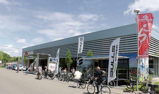 Sowohl vor dem Geschäft kann man die Fahrräder testen als auch auf der hauseigenen Teststrecke.