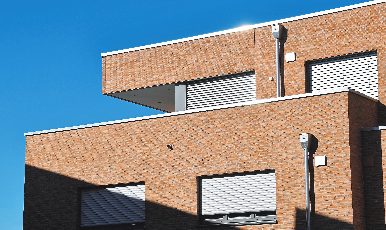 Viel Platz für Sonnenanbeter bieten die großzügigen Dachterrassen im Obergeschoss, ein optisches Element der Gebäude.