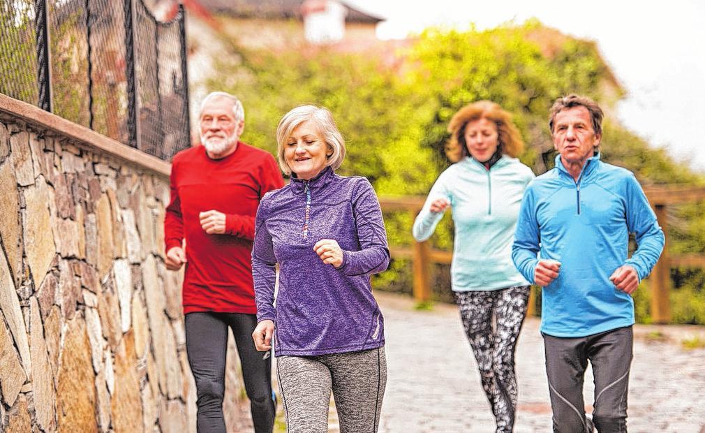 Wohltuender Gruppensport: Hier werden die Fitness trainiert, der Gleichgewichtssinn gefördert und soziale Kontakte gepflegt. Foto: djd/Vertigoheel/Getty