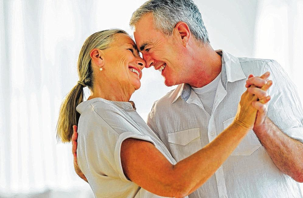 Das gemeinsameWiegen im Takt der Musik macht Freude und stärkt obendrein die tragenden Muskeln im Körper. Foto:djd/Trommsdorff/iStockphoto/tetmc