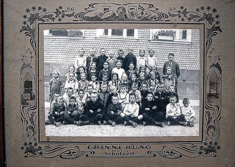 Im Schuljahr 1927 präsentieren sich die Schüler mit Lehrer Schneck vordem Schulhaus in Tumlingen.