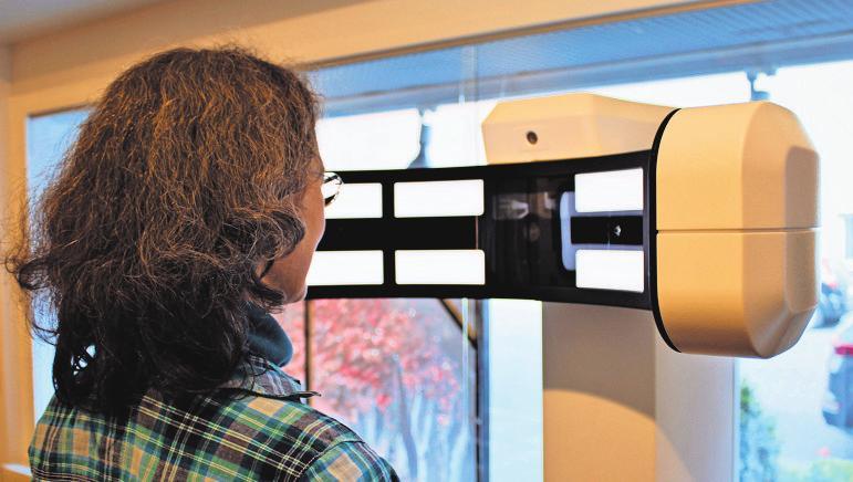 Passt perfekt: Mit dem Brillenzentriergerät von Zeiss wird eine sehr hohe Genauigkeit erreicht. Foto: Tatjana Eberhardt