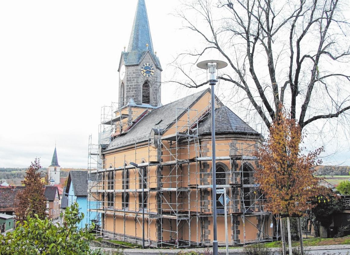 Die evangelische Kirche St. Martin wird gerade außen renoviert. FOTO: GUDRUN KLOPF