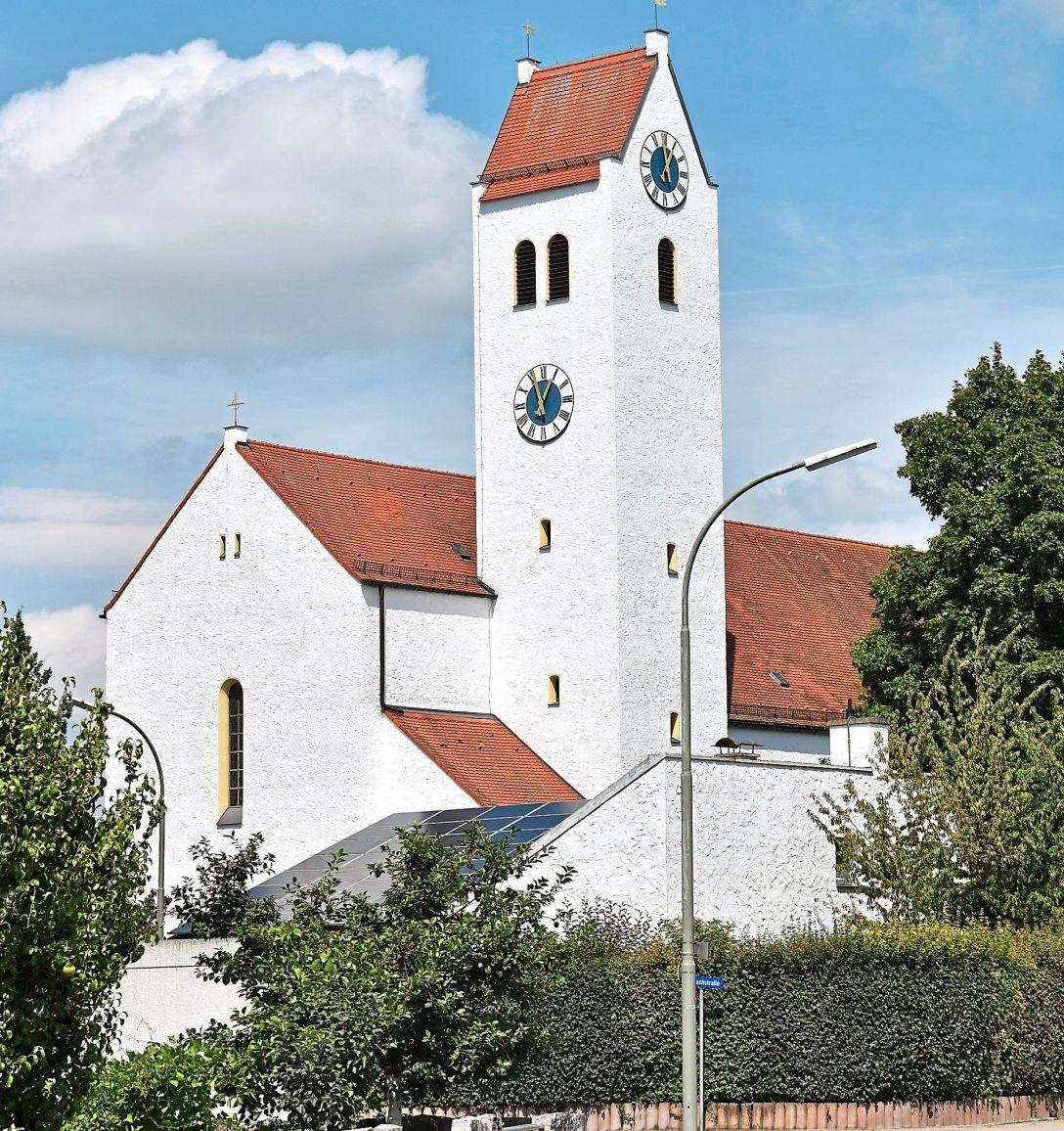 Der Turm der Kirche St. Canisius in Ringsee ragt 28 Meter in die Höhe. Die Kirche wurde 1937 durch den Eichstätter Bischof Michael Rackl konsekriert. Der erste Spatenstich war 1936 erfolgt.                Fotos: Bartenschlager