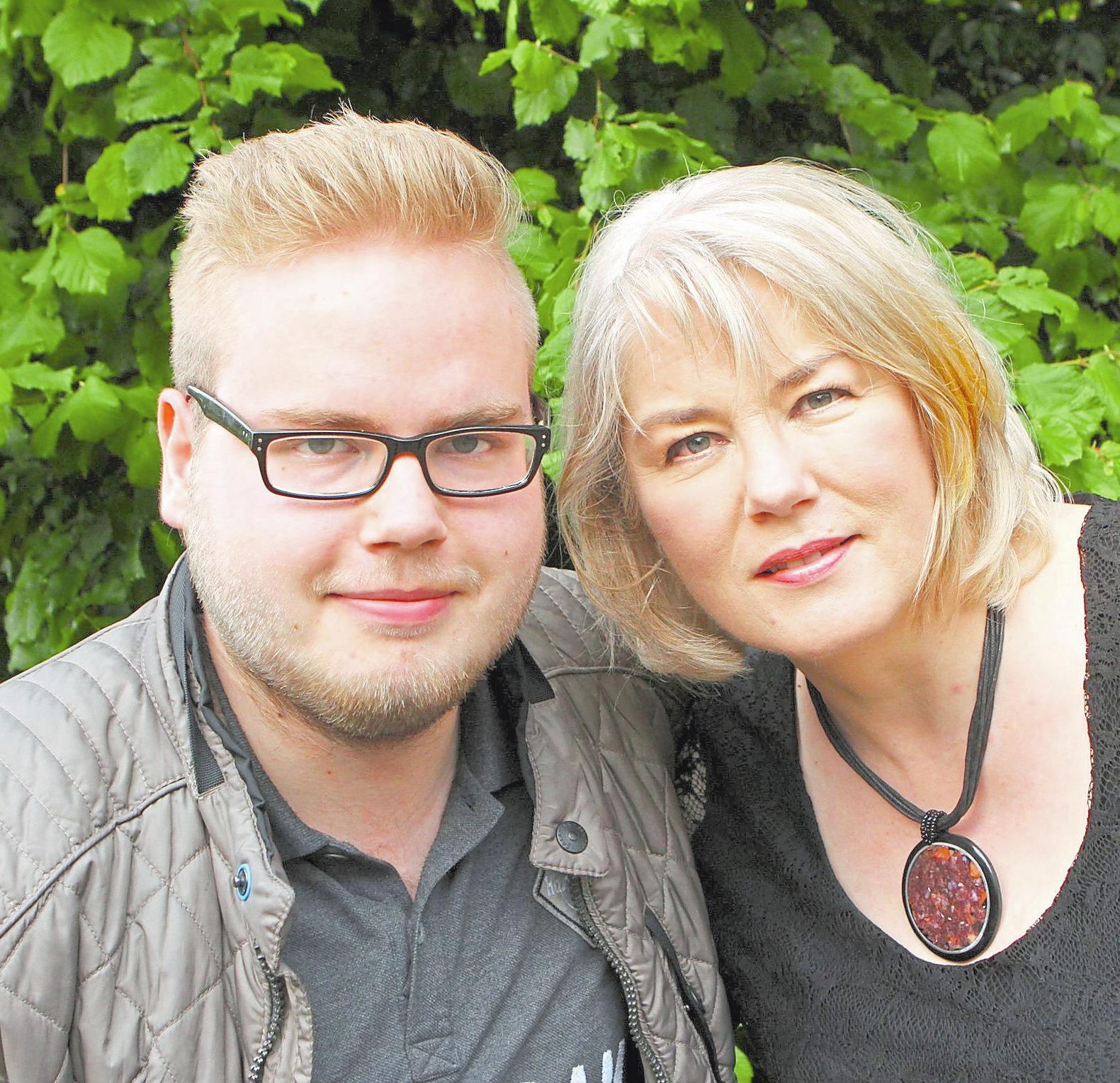 Bürgerschützen-Königin Birgit Weber und Sohn Ferdinand (auf dem Bild l.), der in der Avantgarde aktiv ist, sowie Tochter Friederike (nicht auf dem Bild) haben ein bewegendes Jahr hinter sich gebracht. Fotos: tani