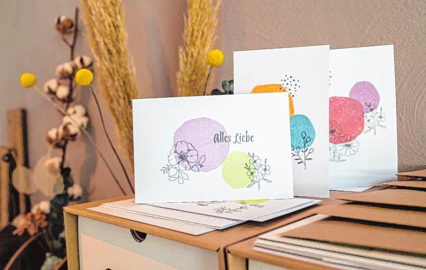 """Briefpapier gibt es an der """"Paper Bar"""" (oben), Grußkarten sind mit verschiedenen Motiven erhältlich. Bilder: Thomas Neu"""