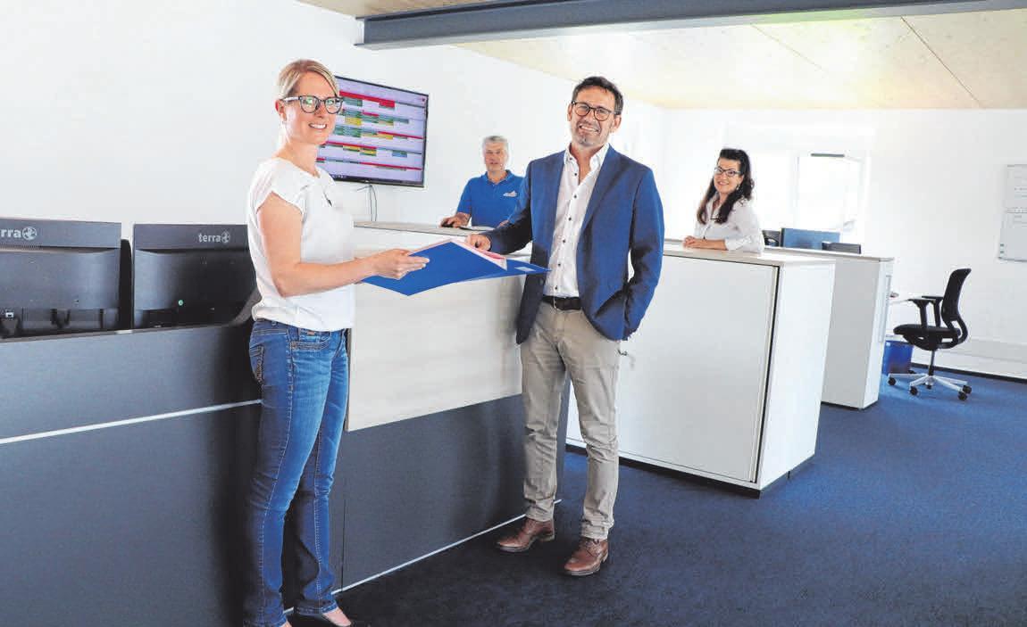 Genügend Platz ist in der Büro-Etage des Neubaus, zeigen Judith Baumann und Andreas Speck (vorne im Bild)