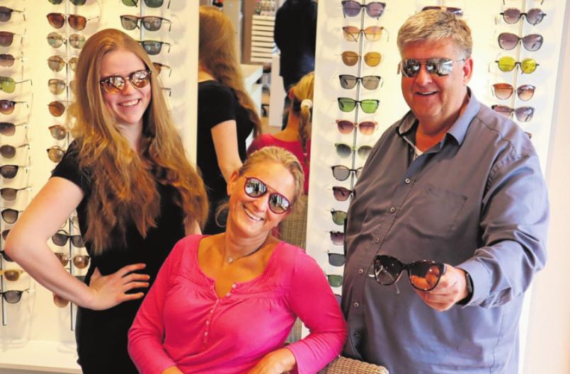 """""""Wir sehen uns!"""" Augenoptikermeister Steffen Möller mit seinen beiden Augenoptikerinnen Janine Grümmer (Mitte) und Gesa Heymann. Foto: Klotz"""