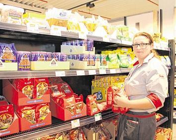 Denise Giese, Abteilungsaufsicht Food, im umgestalteten Knabber- und Süßwarenbereich. FOTOS: MARINA LENTH
