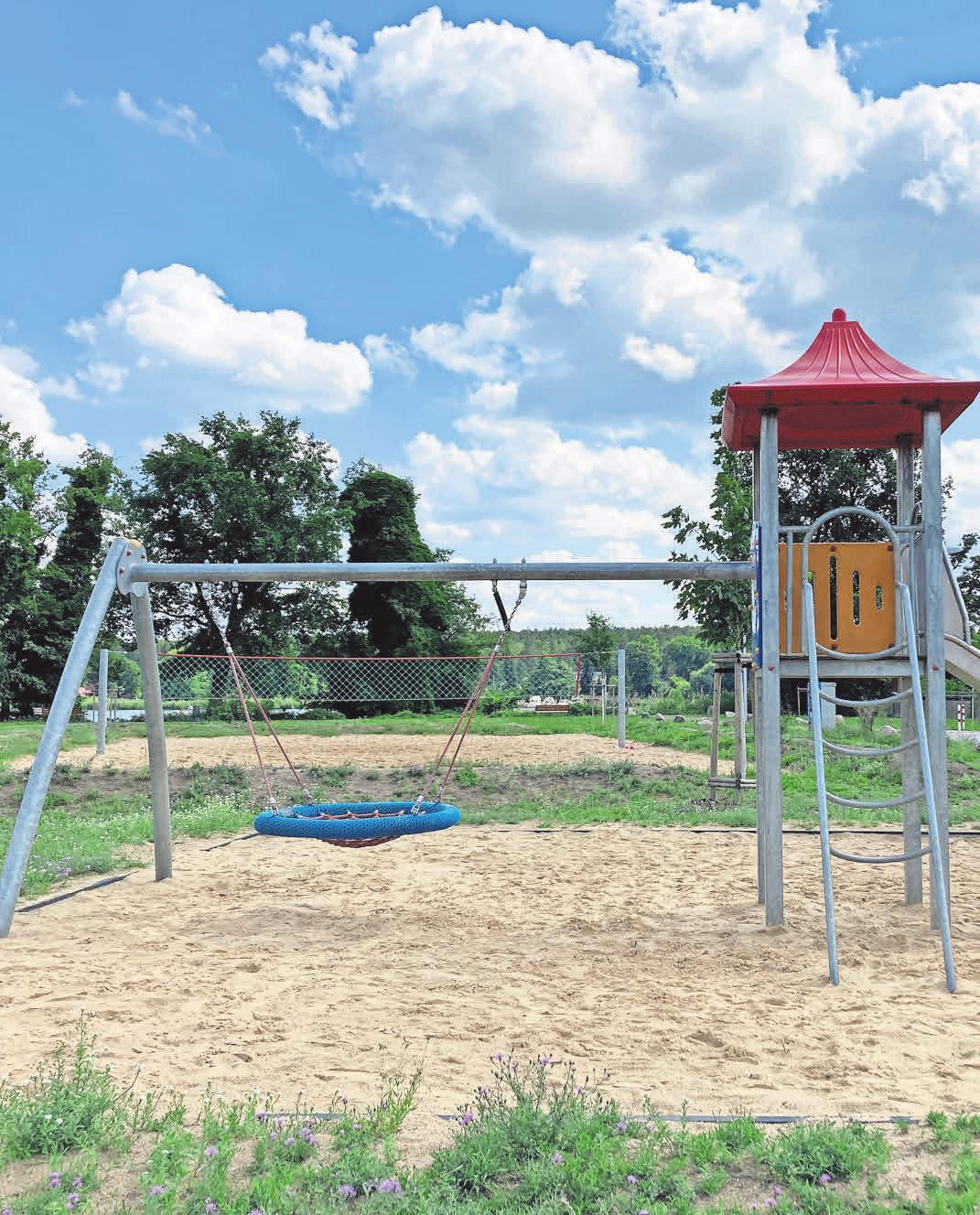 Mit Blick auf den Wasserturm und den Krüpelsee kann auf dem Spielplatz in Zernsdorf getobt werden.