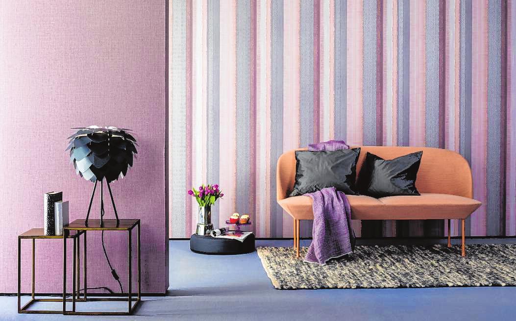Ruhigeres Gegenbeispiel: Auch farblich aufeinander abgestimmte Muster- und einfarbige Tapeten liegen als Kombination im Trend.