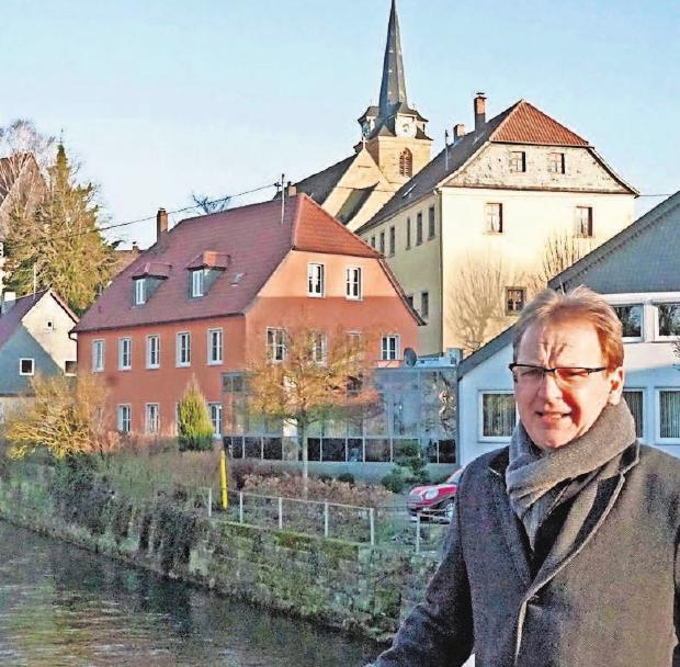 Erster Bürgermeister Bernd Rebhan an der Rodach.