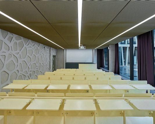 In der Ebene 2 befindet sich auf dem Niveau des Innenhofes der studentische Bereich mit dem Hörsaal nebst kleinem Foyer. Bilder: Oliver Rieger