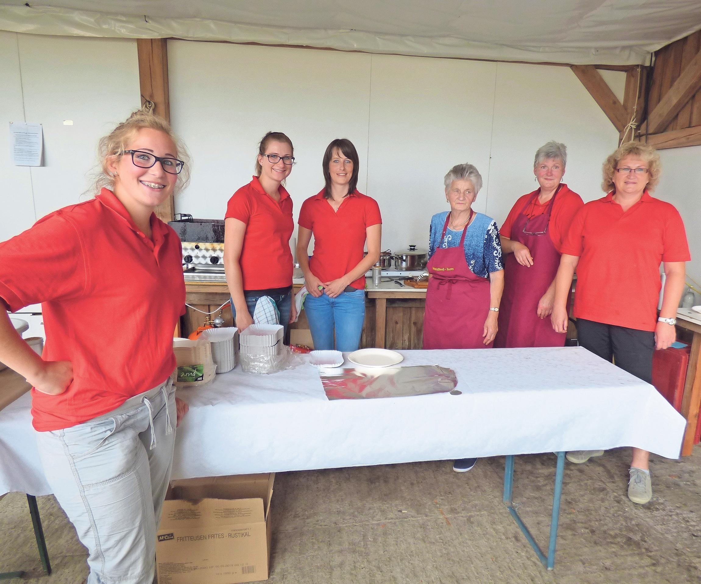 Kuchen, Torten und frische Küchle tischen die Feuerwehrfrauen am Sonntagnachmittag auf.