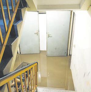 Geflutete Kellerräume sind eine Gefahr: Daher ist Starkregen gerade auch versicherungstechnisch ein Thema, das man bedenken sollte. Foto: Ver braucherzentrale Nordrhein-Westfalen