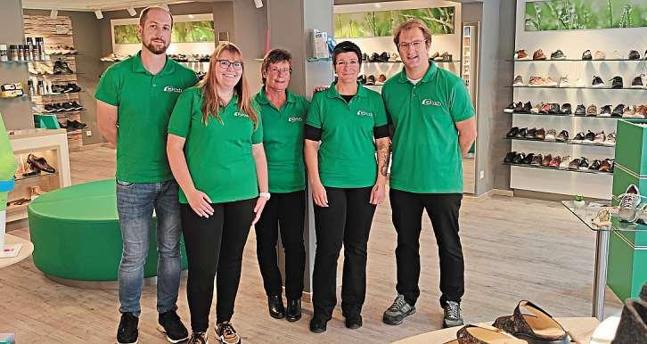 Stefan Müller (rechts) mit seinem Team aus der Schrobenhausener Filiale. Fotos: Drexler