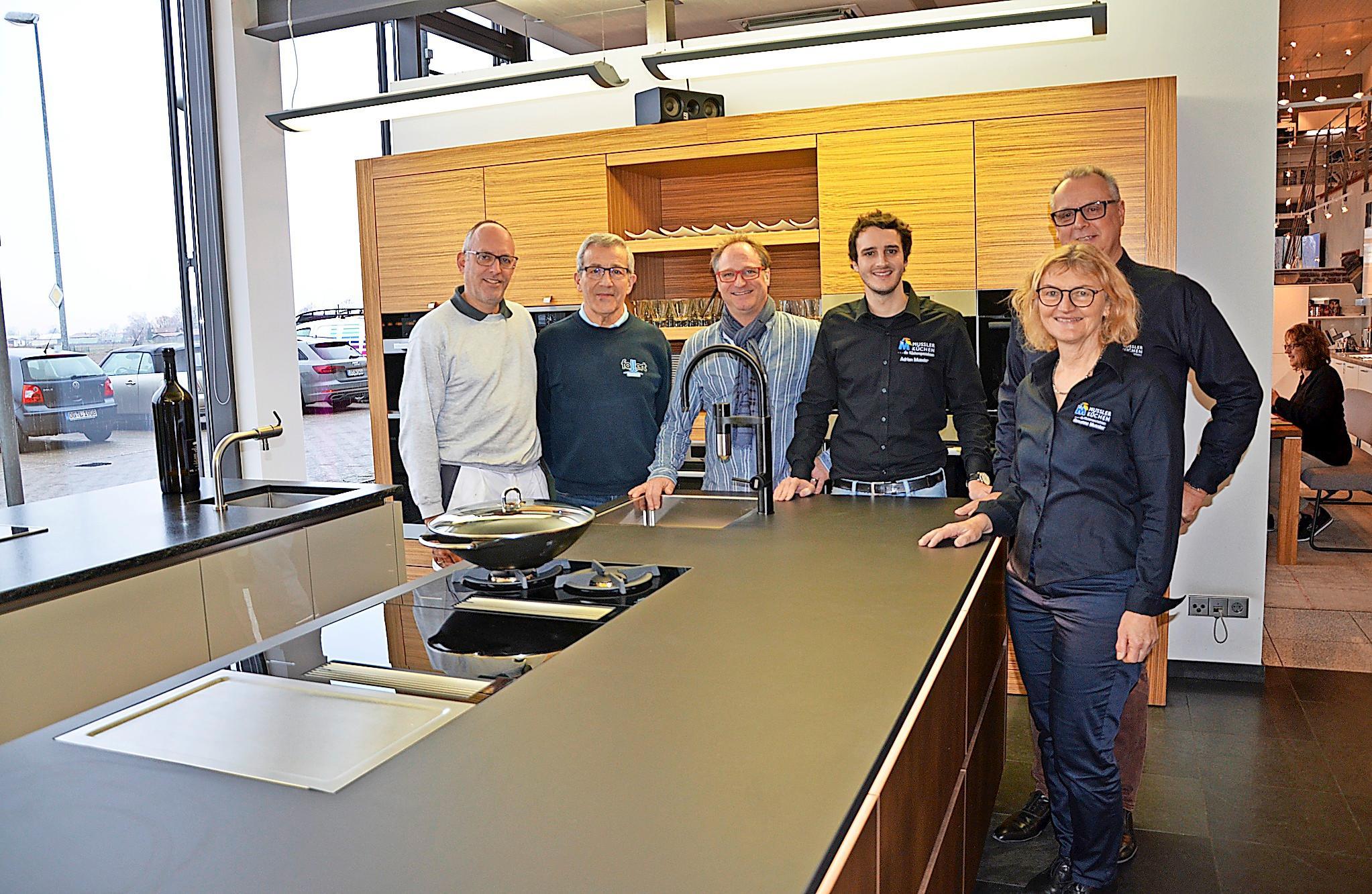 Zum Winterfest laden (von rechts) Susanne, Wolfgang und Adrian Mussler mit den Partnern Andreas Miessmer, Lothar Fallert und Oliver Wagenmann ein. KK
