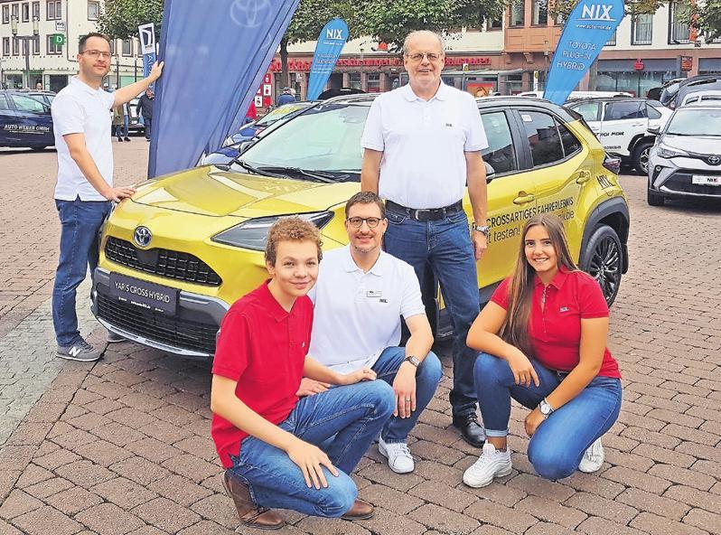 Das Team des Autohauses Nix aus Wächtersbach mit dem Yaris Cross Hybrid von Toyota.