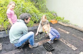 Im horteigenen Gemüsbeet lernen die Kinder den verantwortlichen Umgang mit der Natur. Foto: Kita am Schenkelberg