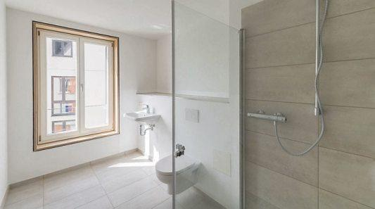 Rechts im Bild das moderne Bad.
