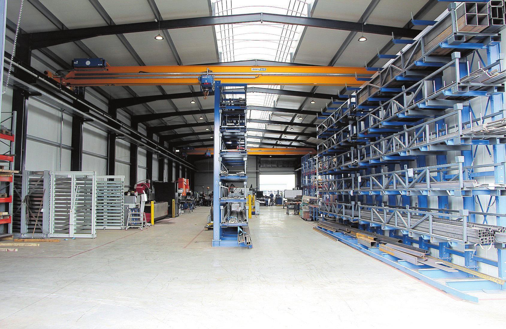 Die Produktionshalle ist so aufgebaut, dass jeder Arbeitsschritt sinnig ineinandergreift.