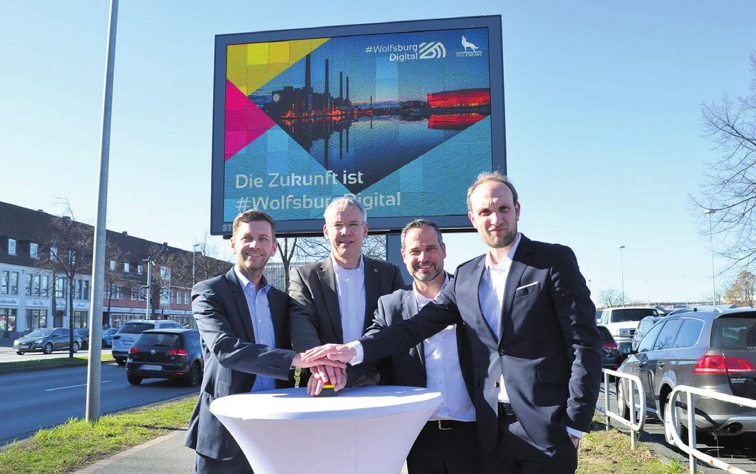 Starteten Inbetriebnahme der digitalen Infotafeln: Dennis Weilmann, Kai-Uwe Hirschheide, Dirk Geßner und Jens Hofschröer (von links).