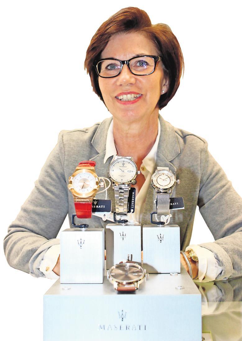 In der Posener Straße gibt es neben Mode und Schuhen auch eine Schmuck- und Uhrenabteilung. Cornelia Szuks-Wolff kennt sich bestens aus.