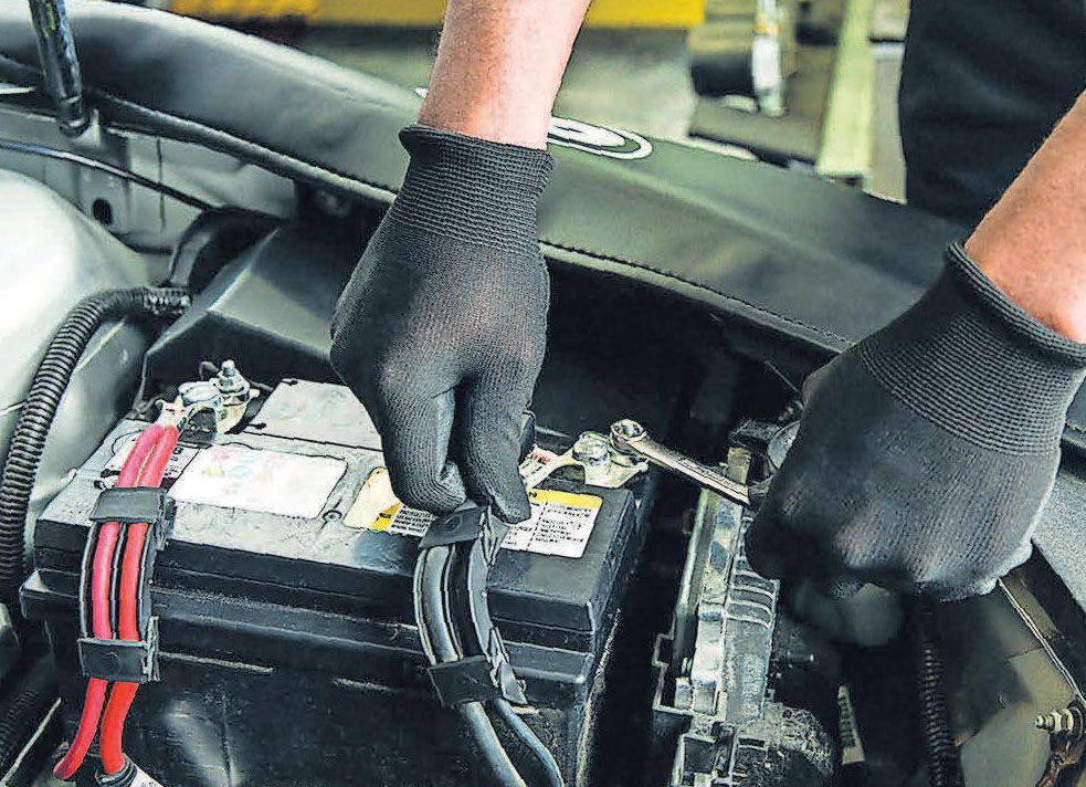 Die Pflege der Fahrzeugbatterie beugt Schäden vor.