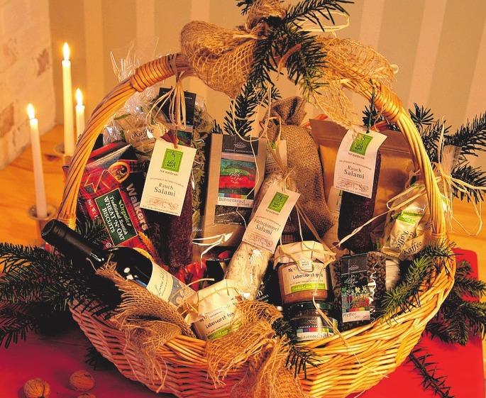 Prall gefüllte Geschenkkörbe gibt es bei Marktkauf