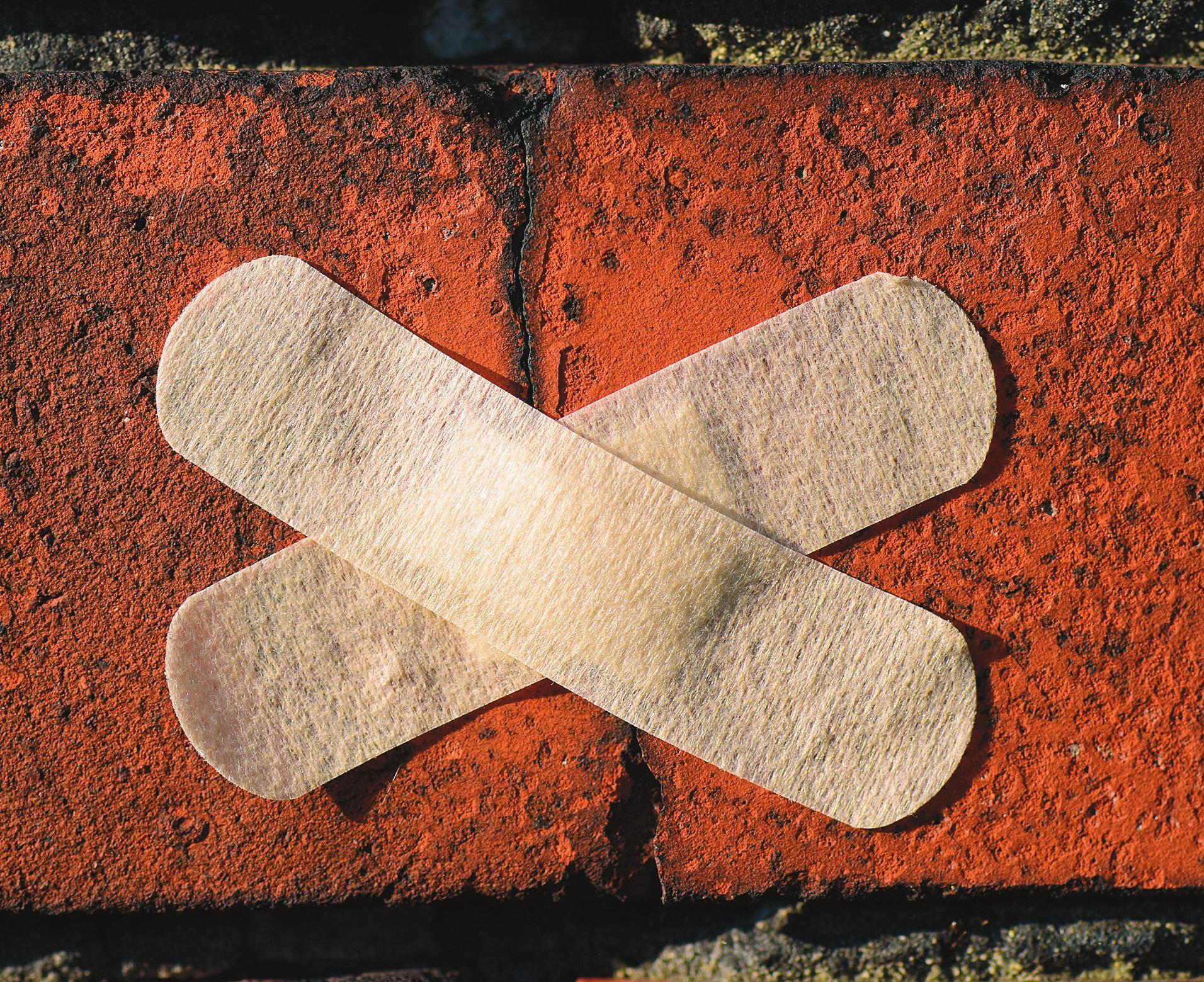 Bereits kleine Risse können langfristig zu kostenintensiven Schäden am Haus führen. Foto: Pexels.com