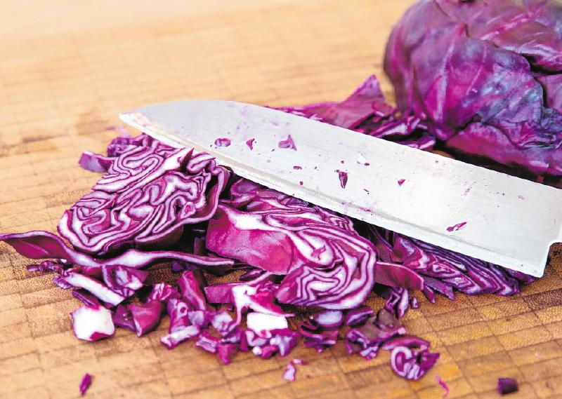 Vielseitig verwendbar: Rotkohl schmeckt als Beilage, aber auch im Salat. FOTO: FLORIAN SCHUH, TMN