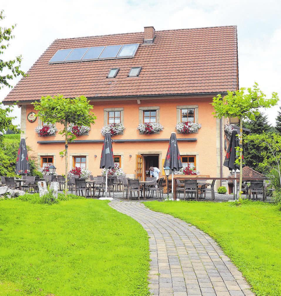 Der Landgasthof Hauser mit seiner großen Außenterrasseliegt in idyllischem Grün nahe des Hattinger Bahnhofs.