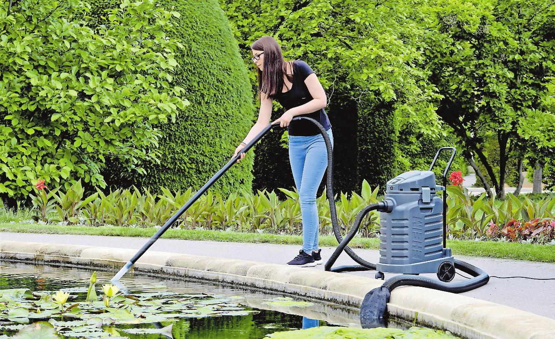 Mit einem Schlammsauger lässt sich der Teich besonders schonend reinigen. FOTO: DJD/EHEIM