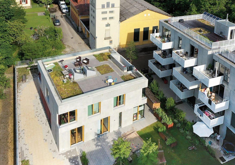 Mit der Drohne schön erkennbar: das Brückenhaus mit Dachterrasse und vorne das Haus am Park zur Gartenstraße hin.