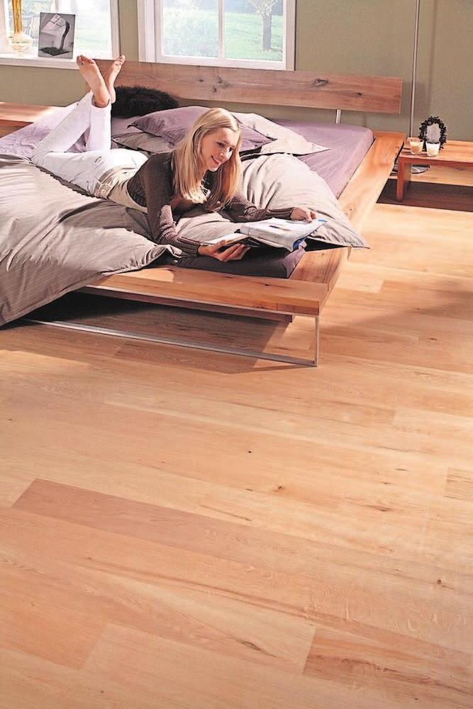 Ein Fußboden aus Holz lässt den Raum gemütlich wirken. Bei den Parkettböden sind vor allem heimische Hölzer wie Eiche oder Buche bei Renovierung/Neubau beliebt. Foto: VDP