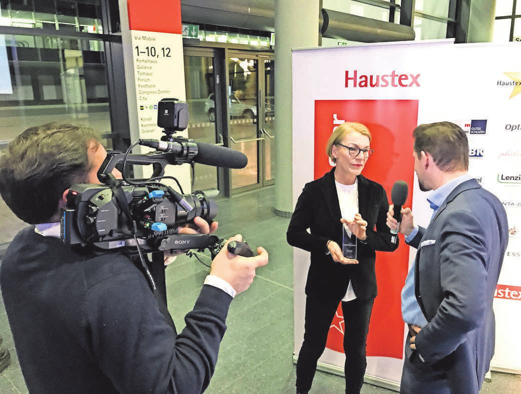 In Frankfurt gibt Regina Rosenbaum Interviews zur Verleihung des Preises Haustex-Star.