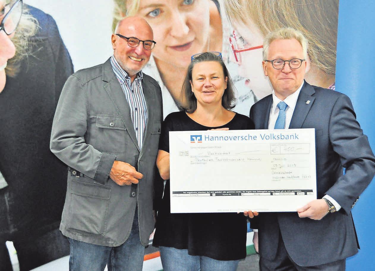 Bettina Trissia, Direktorin des Bildungszentrums, freut sich gemeinsam mit dem GKK-Vorsitzenden Peter Busche (rechts) und Organisator Gerd Bohlen-Janßen über den Scheck in Höhe von 400 Euro.