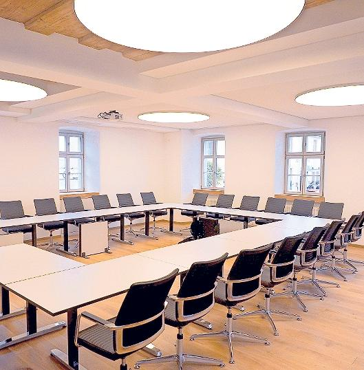 Modern und funktional zeigen sich die Räume (Sitzungssaal) des sanierten Alten Rathauses in Pegnitz. Alles ist nun barrierefrei zu erreichen. Fotos: Klaus Trenz