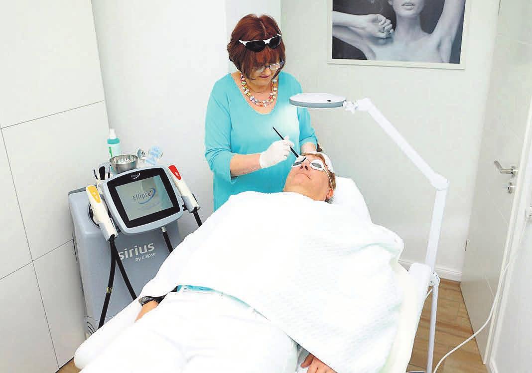 Die intensive genutzte Lichttechnologie hat sich bei der Behandlung von Hautrötungen, Pigmentstörungen und Haarentfernung bewährt. Foto: hfr