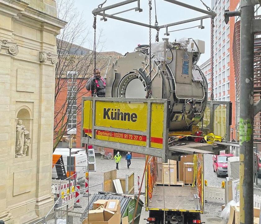 Da ist Präzisionsarbeit gefordert: Einer der insgesamt vier Magnetresonanztomographen mit einem Gewicht von jeweils vier Tonnen wird per Kran in das Gebäude befördert. Foto: Radiologie Salzstraße