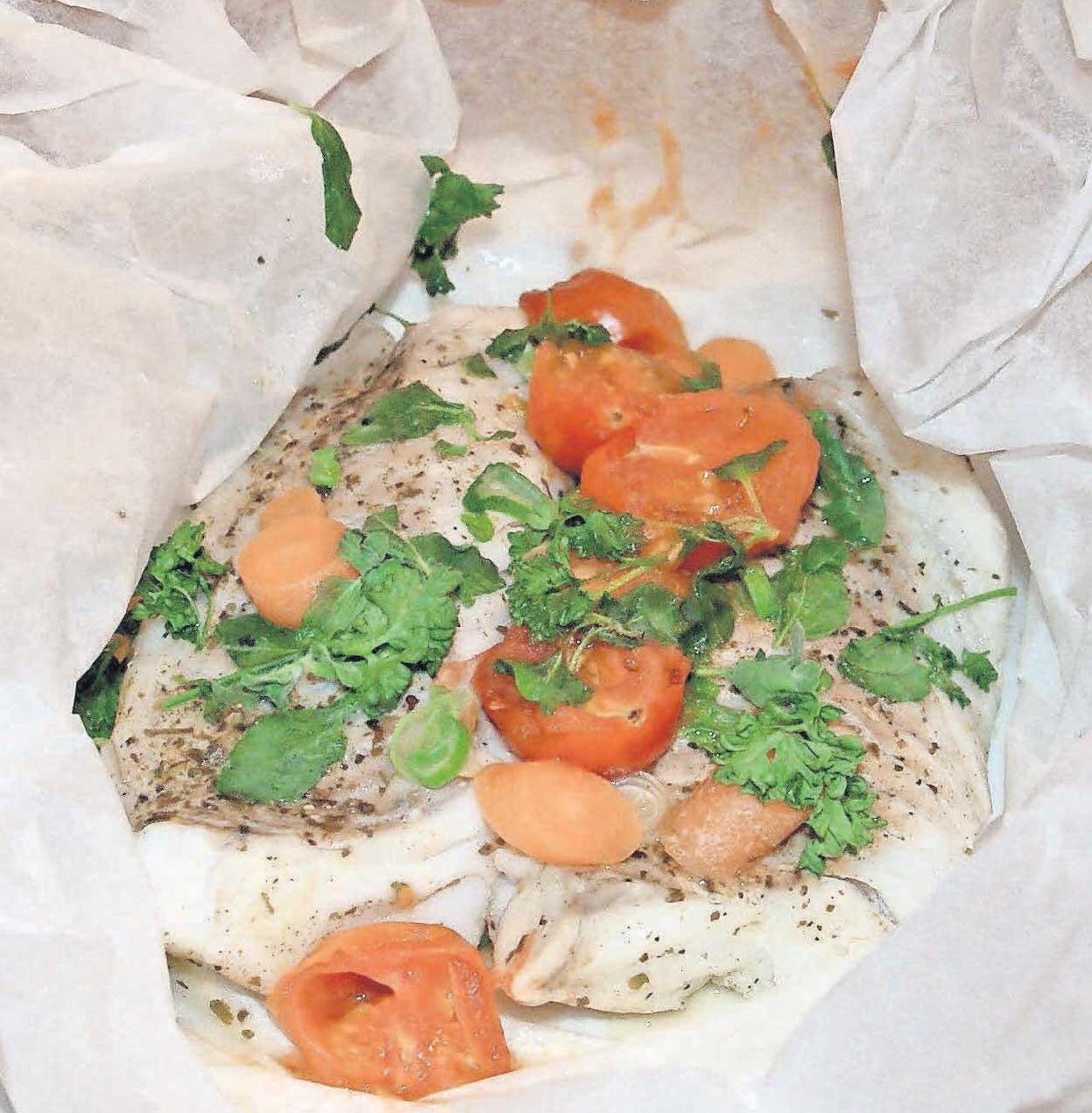 Kalorienarmer Genuss: Skrei aus Thürnau's Fischhalle, ganz sanft mit Gemüse und frischen Kräutern im Ofen gegart.