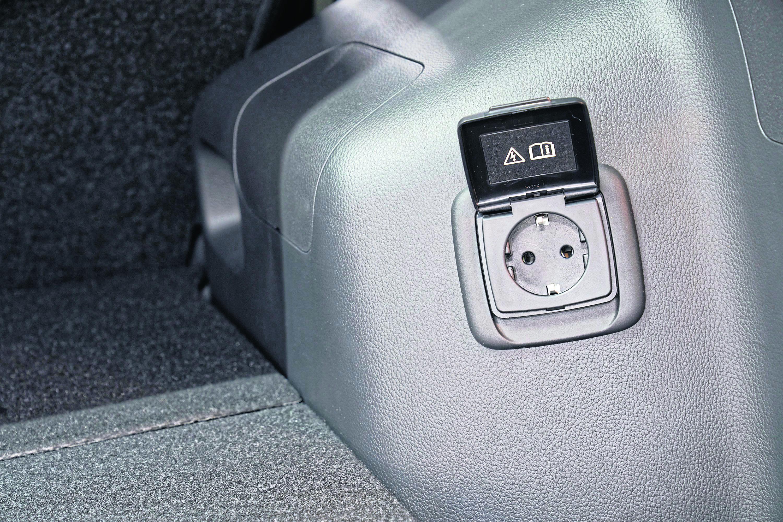Praktisch: der 230-Volt-Anschluss für Laptops oder sonstige Geräte.