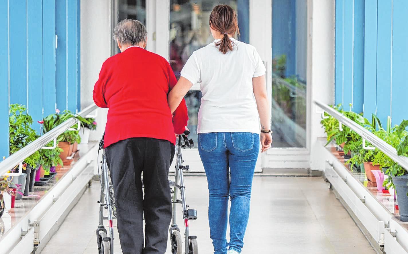 Pflegeheimbesichtigung mit Zeit und Notizen