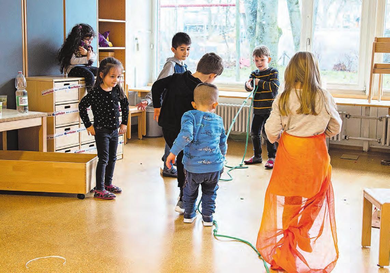 Wenn die Spielsachen im Kindergarten fehlen, sind eigene Ideen, Fantasie und mehr soziale Kontakte gefragt. Bild: Grischa Schwank